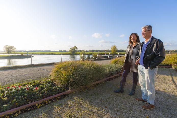 Wanda en Jacques Beemsterboer genieten dagelijks van het uitzicht over de IJssel in Doesburg.