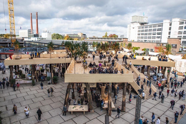 De houten constructie Biobasecamp van architect Marco Vermeulen op de Dutch Design Week in Eindhoven.