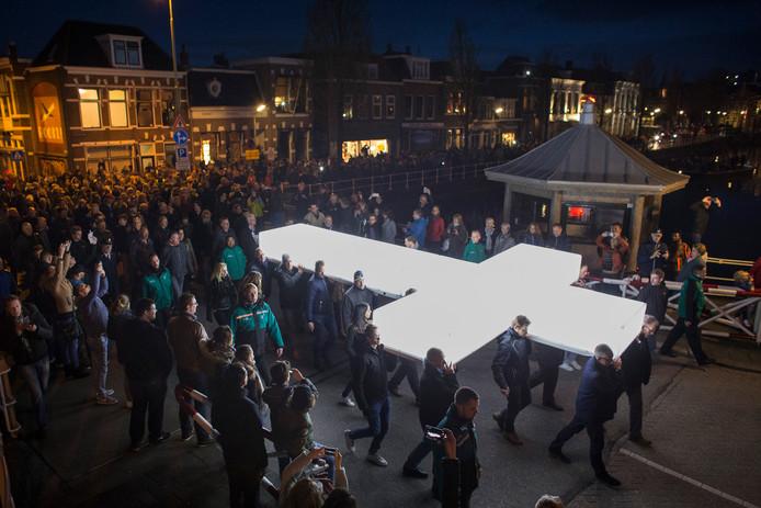 Het witte kruis wordt morgen in de binnenstad van Dordrecht rondgedragen. Net zoals hier in Leeuwarden.