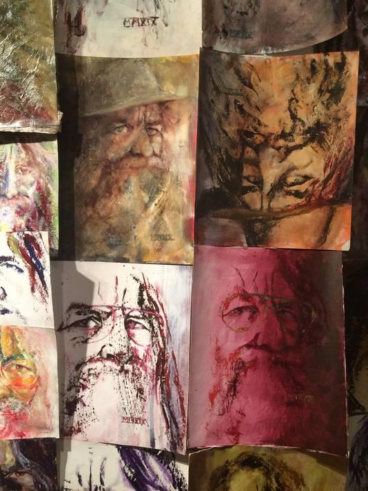 Een 'boeketje' zelfportretten waarmee Marinus een hele wand heeft behangen.