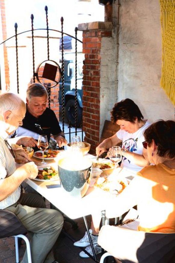 Er werd naar hartelust genoten van de Gamba's op het terras van café Bar-Baar