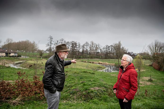 John Raggers met Dinie Wijgerse bij de kasteelgracht van 't Hof in Maasbommel.