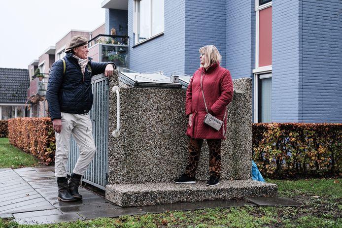 Complexbeheerder Jos Wientjes van Baston Wonen in gesprek met buurtbewoonster Annemiek Knijn.