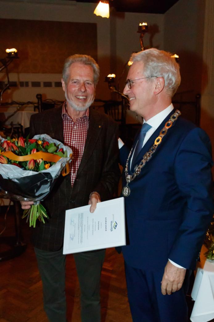 Frits Schrijver (links) kreeg de gemeentelijke erespeld van burgemeester Jac Klijs.