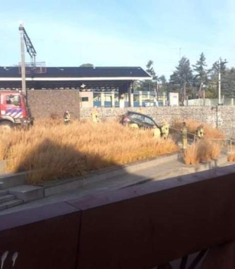 Automobiliste gaat per ongeluk fietspad op bij station Bilthoven en rijdt zich vast op trap