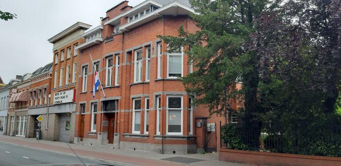 Van Oorschot, De Jongh, Vermunt Advocaten in Roosendaal heeft de vlag halfstok hangen.