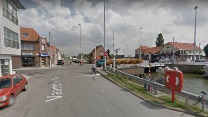 Fietser botst tegen auto op kruispunt met jaagpad in Leffinge