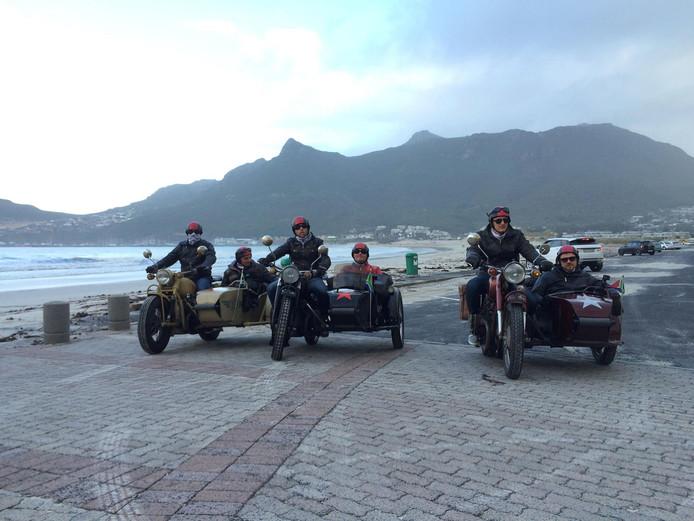 Johnny de Mol (helemaal rechts) en Hanno Bos (vierde van links) in Kaapstad tijdens de motorrit.
