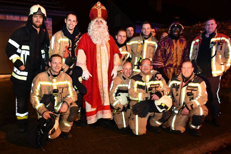 Sinterklaas en Zwarte Piet verrasten de brandweer