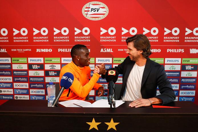 Bruma en John de Jong schudden elkaar enthousiast de hand na het ondertekenen van de contracten.