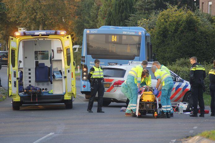 Ambulancepersoneel biedt hulp aan oud-schaatser Yep Kramer na zijn fietsongeval in Tijnje.