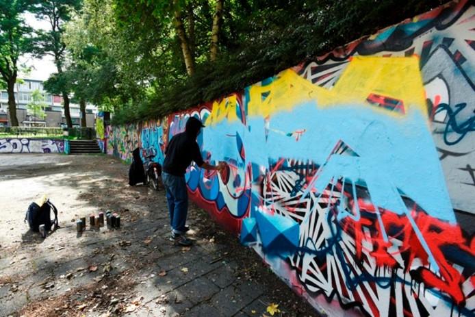 Een graffiti-artiest aan het werk in het Westerpark, een legale plaats. Foto Marie-Thérèse Kierkels/Beeld Werkt