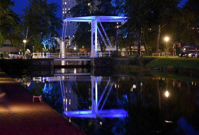De met blauw licht verlichte ophaalbrug over de Heerengracht.