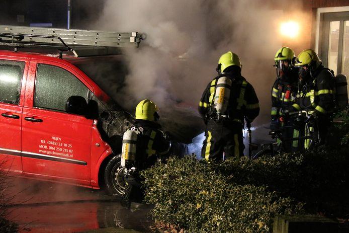 De brandweer bij de bedrijfsbus.
