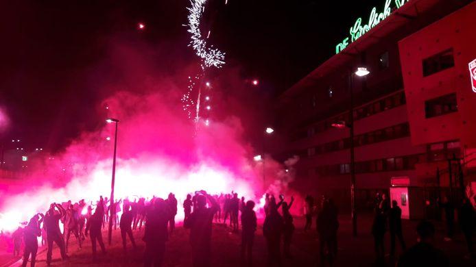 Vuurwerk voor het stadion van FC Twente.