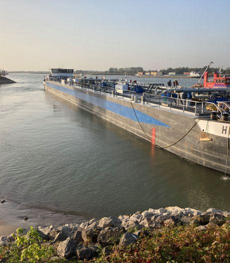 Tanker in problemen op rivier bij Millingen:  'Wellicht lek door stoot op bodem'