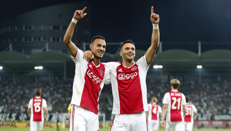 Noussair Mazraoui en Dusan Tadic vieren de 3-0 tegen Sturm Graz. Beeld ANP