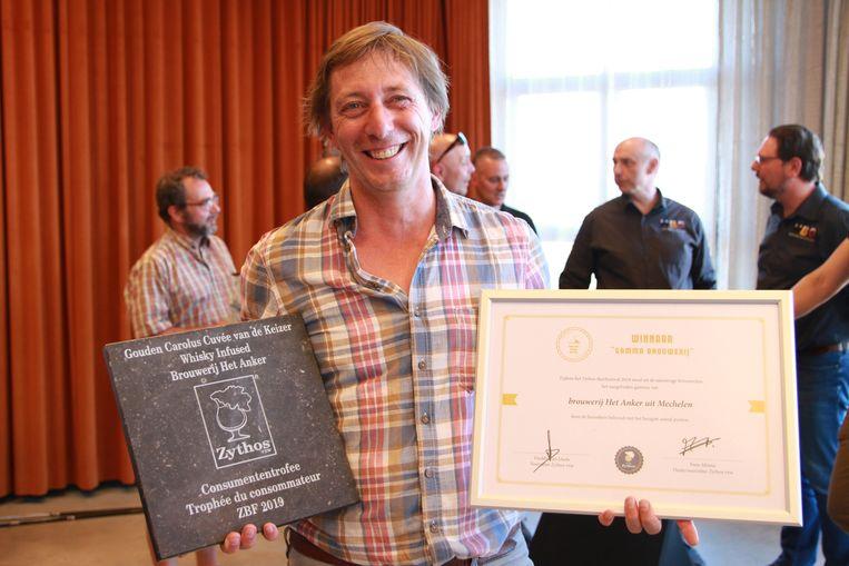 Charles Leclef, eigenaar van Het Anker, met de trofeeën.