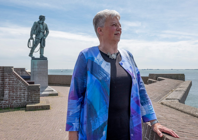 Marja Visscher bij het beeld van Frans Naerebout in Vlissingen.