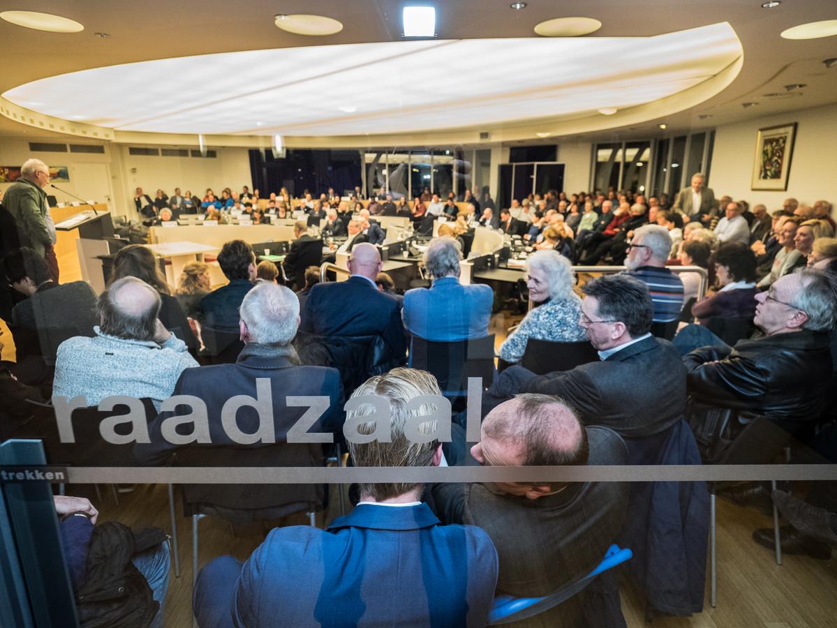 Overvolle raadzaal van de Gemeente Zoetermeer over de inspraak avond over Holland Outlet Mall (HOM)
