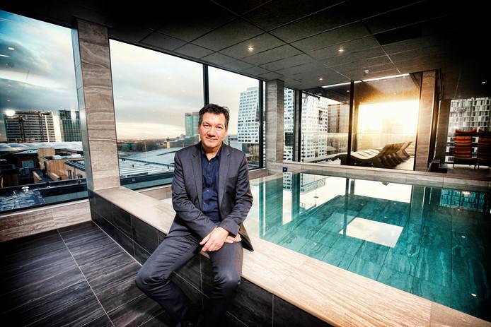 General Manager Henk Holscher op de rand van het zwembad van het splinternieuwe hotel Inntel op de Smakkelaarshoek.