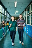 Programmamakers Nicolaas Veul en Tim den Besten in de gangen van scholengemeenschap ISG Arcus uit Lelystad.