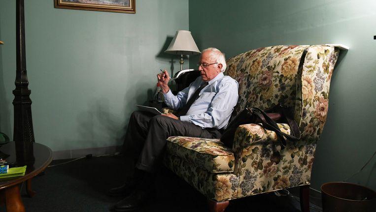 Bernie Sanders legt de laatste hand aan de videoboodschap die hij donderdag de wereld in zond. Beeld null