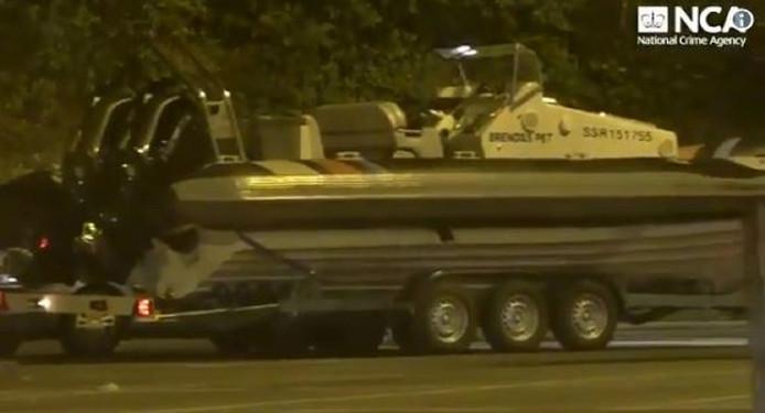 Een van de twee snelle rubberboten waarmee de drugs volgens het Openbaar Ministerie aan land gebracht zou worden.