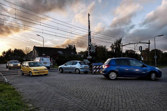 Omwonenden en weggebruikers vinden de verkeerssituatie bij de spoorwegovergang Spoorstraat – Gageldonkseweg in Prinsenbeek onveilig. foto Frank Poppelaars/het fotoburo