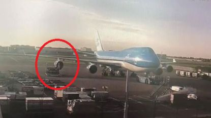 VIDEO. Vliegtuig botst op bagagelader op luchthaven Schiphol: motor zwaar beschadigd