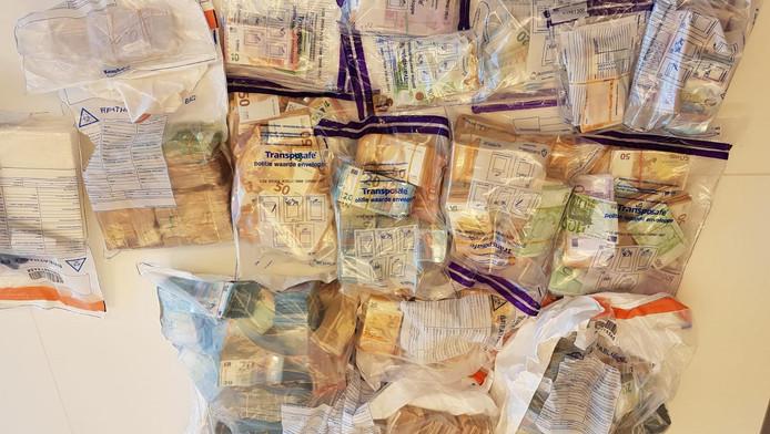 In een woning in Amsterdam-Zuid werd anderhalf miljoen euro gevonden