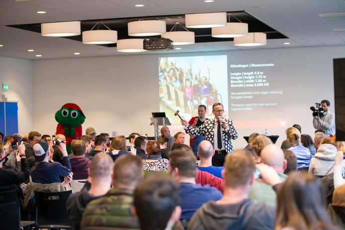 De veiling van onderdelen van Walibi´s oude rollercoaster Robin Hood leverde 10.000 euro op voor Stichting Opkikker.
