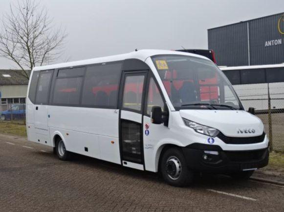 De schoolbus rijdt op aardgas en kan 31 passagiers vervoeren.