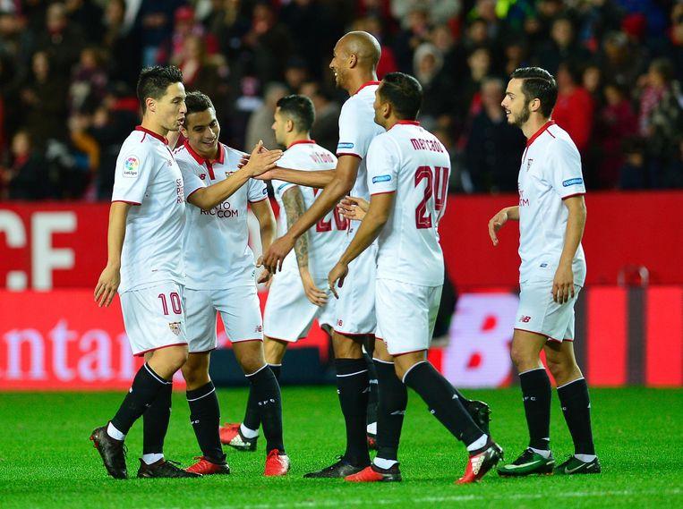 Wissam Ben Yedder viert zijn doelpunt met zijn teamgenoten. (Tweede van links) Beeld null