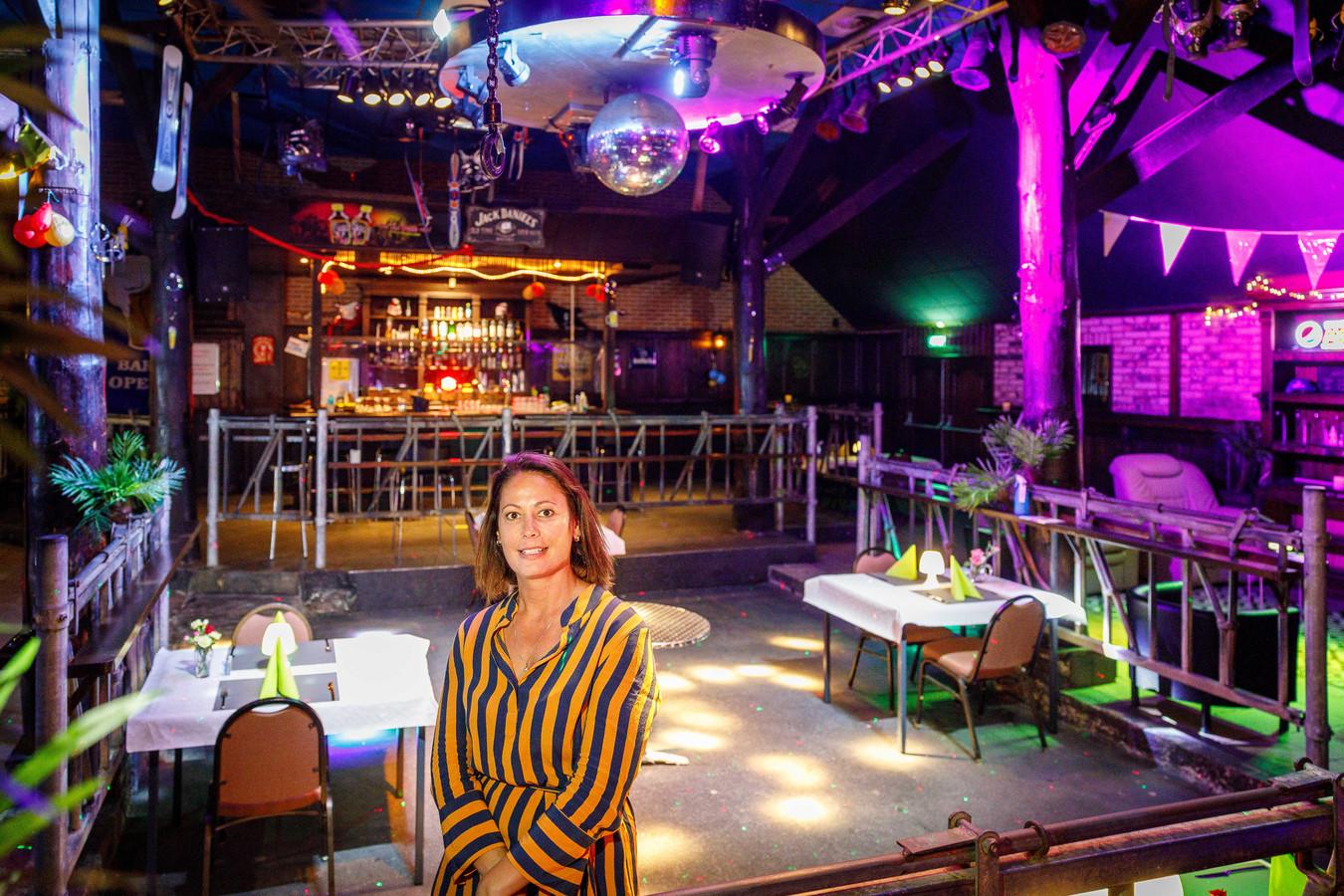 Eigenaresse Dewy de Hoop moet de deuren van discotheek Smithy's Palace in Eesveen sluiten, omdat het niet meer rendabel is om open te blijven.