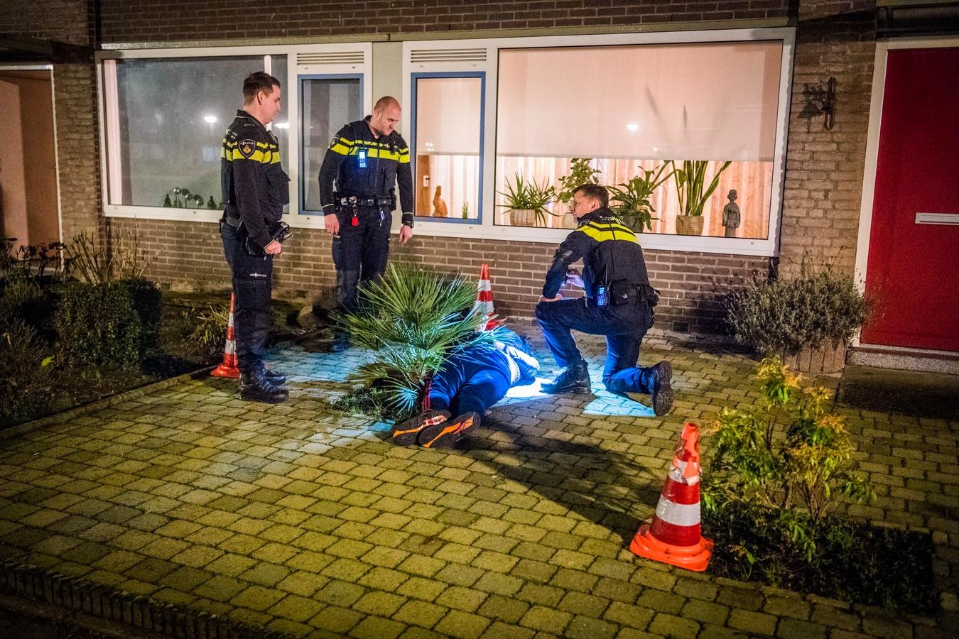 De overvaller wordt ingerekend in een voortuin in Eindhoven.