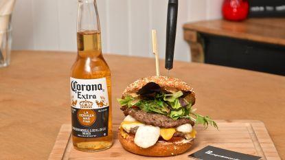 """Hamburgerrestaurant pakt uit met 'coronaburger': """"Als je er echt ziek van wordt, heb ik wel een veldbedje staan"""""""