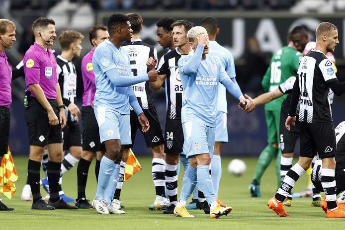 Denzel Dumfries en Philipp Max na het teleurstellende gelijkspel in Almelo.