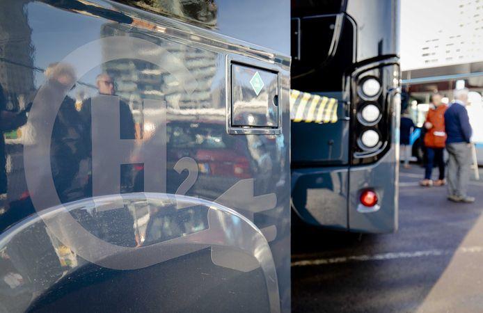 De nieuwe waterstofbus. Het plan van de provincie Flevoland, om samen met Friesland en Groningen, de komende twee jaar de duurzame bus tussen Emmeloord en Groningen te laten rijden, is door financiële problemen bij de leverancier van de baan.