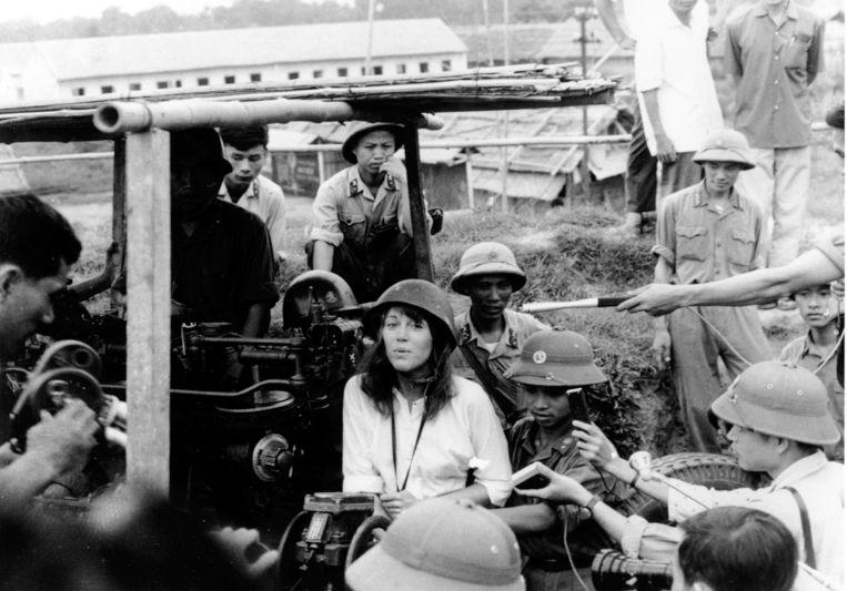 Jane Fonda zingt een anti-oorlogslied in de buurt van Hanoi ten tijde van de Vietnamoorlog. Beeld AP