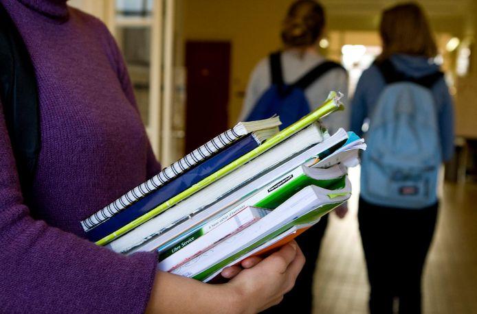 Vooral op middelbare scholen stoppen jongeren met lezen.