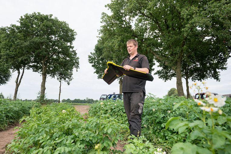 Een van de toepassingen van 5G: boeren die met drones hun gewassen in de gaten houden, zoals aardappelteler Jacob van de Borne uit Reusel.  Beeld Hollandse Hoogte / Tom van Limpt