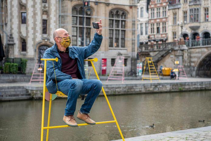De stoelen van het Wijkbudget laten Gentenaars toe om vanop een verhoog naar hun eigen wijk te kijken, om te zien wat er beter kan.