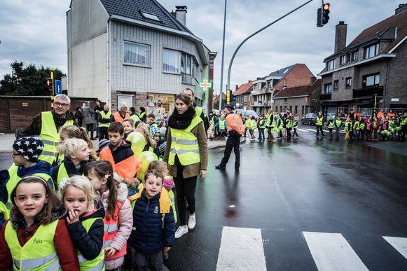 De leerlingen van Don Bosco voeren actie voor verkeersveiligheid in november 2016.