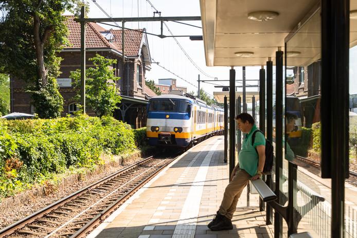De trein Utrecht-Baarn stopt bij station Soest om daar te wachten op de passerende trein Baarn-Utrechts (rechts, buiten beeld).