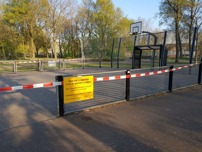 De voetbalkooi in Boxtel-Oost die is afgezet met linten vanwege het coronavirus.