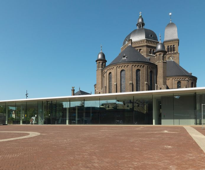 Theater Het Speelhuis in Helmond: combinatie van een meer dan honderd jaar oude kerk en een moderne ombouw.