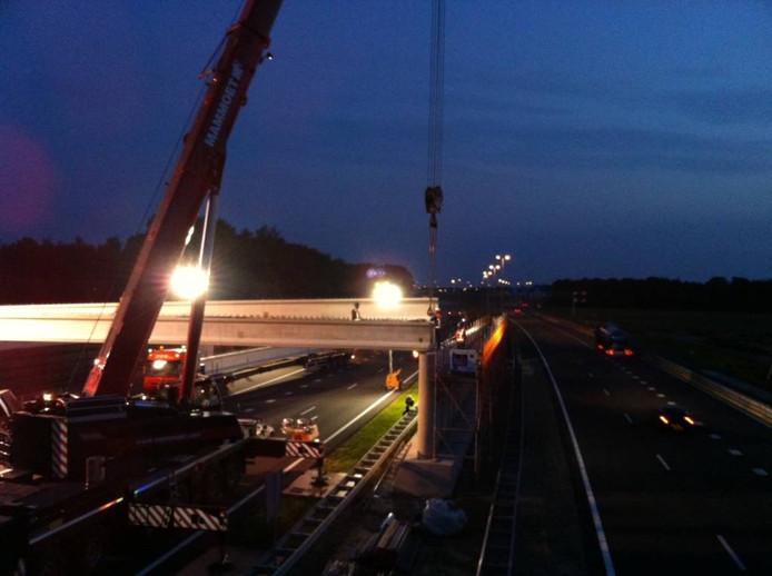 De rijbaan richting Nijmegen is maandag- en dinsdagnacht dicht voor het werk aan het ecoduct.