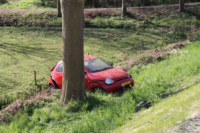 Een grijze Mercedes en een rode Ford zijn vrijdagochtend op elkaar gebotst op de Rijksstraatweg in Dordrecht. Een van de auto's belandde door de aanrijding onder aan de dijk.