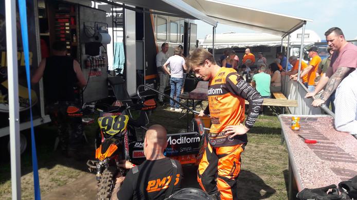 Ijen Kops werpt nog een laatste blik op het zijspan vooraf aan de start van de Grand Prix in Oldebroek.